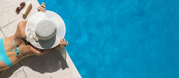 Donna a bordo piscina | Elisirdargan.com